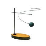 橋本リサ Balancing Blue Ball 素材:真鍮、ステンレス線、木、樹脂粘土、アクリル塗装